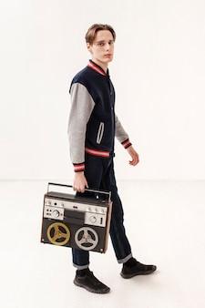 Vue côté, adolescent, garçon, tenue, cassette