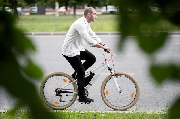 Vue côté, adulte, mâle, équitation, bicyclette, rue