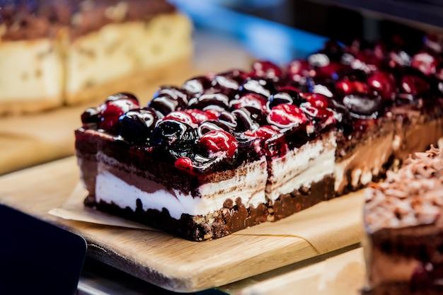 Vue de côté au gâteau au chocolat-cerise i