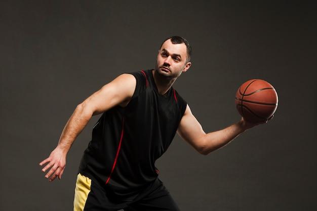 Vue côté, de, basketteur, poser, quoique, jouer