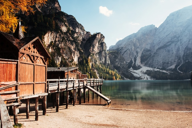 Vue de côté. bon paysage avec montagnes. lieu touristique avec bâtiment en bois et poire