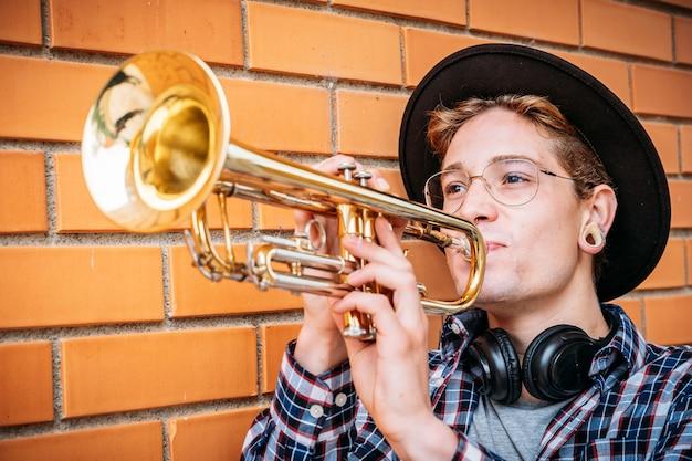 Vue côté, de, a, caucasien, homme jouant trompette
