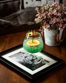 Vue de côté de cocktail d'alcool