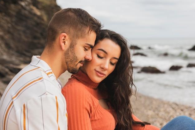Vue de côté couple au bord de mer