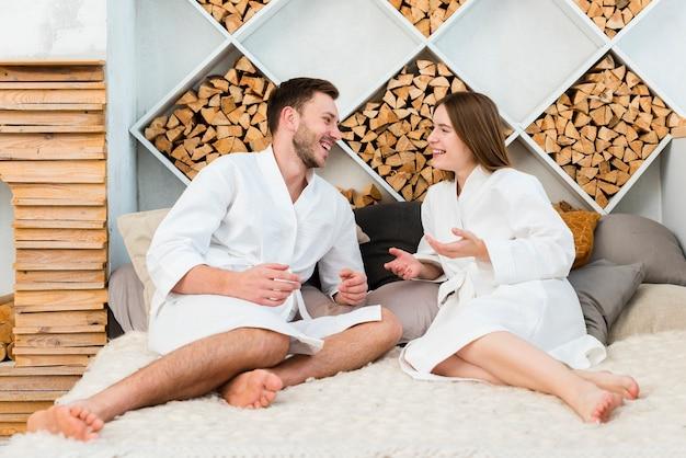 Vue côté, de, couple, dans, peignoirs, rester dans lit
