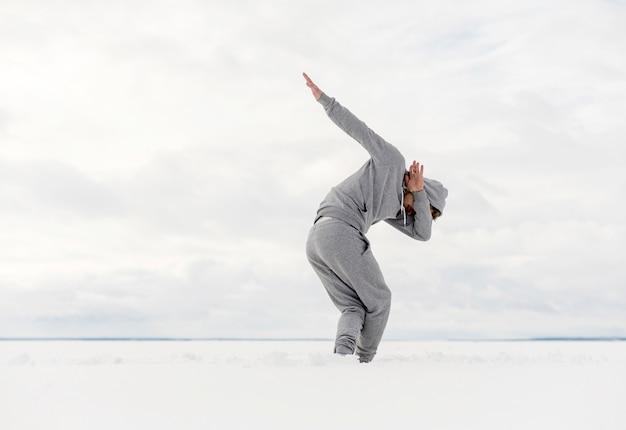 Vue côté, de, danseur mâle, danse, dehors, à, espace copie