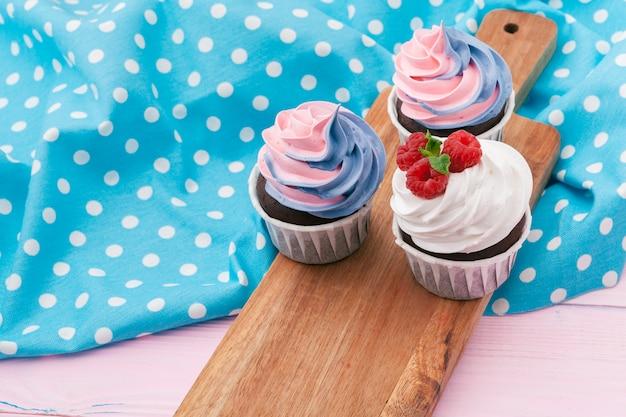 Vue de côté de délicieux petits gâteaux à la saveur assortie. tourné sur la table
