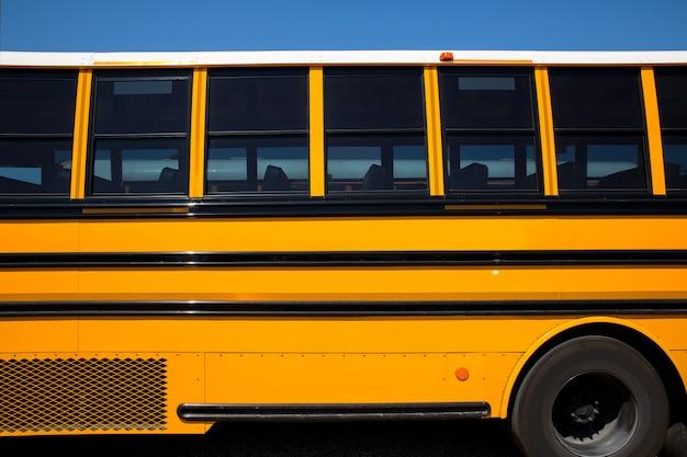 Vue de côté du bus scolaire typique américain