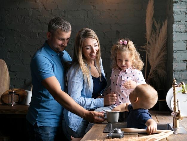 Vue de côté de la famille bénie dans la cuisine