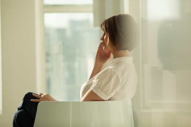 Vue côté, de, femme affaires, conversation téléphone