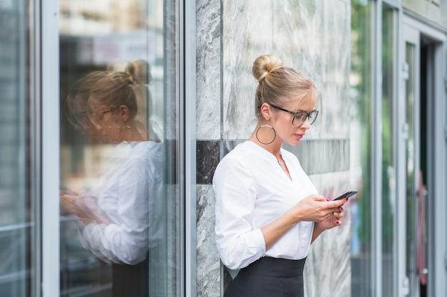 Vue côté, de, a, femme affaires, utilisation, téléphone portable