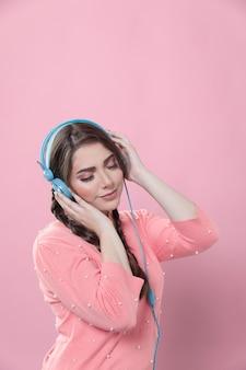 Vue côté, de, femme, apprécier, musique, sur, écouteurs