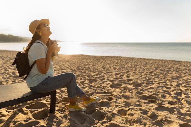 Vue côté, de, femme, apprécier, les, vue plage