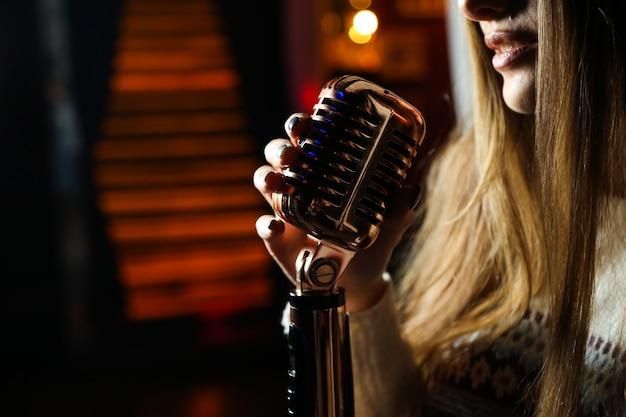 Vue côté, femme, chant, microphone
