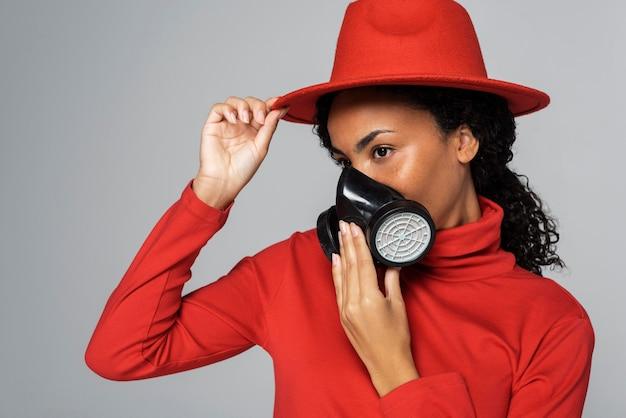 Vue côté, de, femme, à, chapeau, et, masque