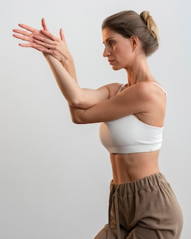 Vue côté, de, femme, chez soi, pratiquer, yoga