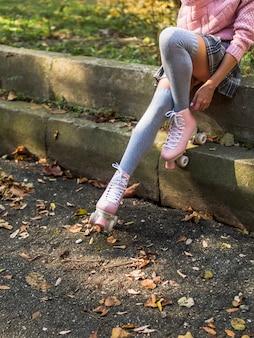 Vue côté, de, femme, dans, chaussettes, et, patins a roulettes
