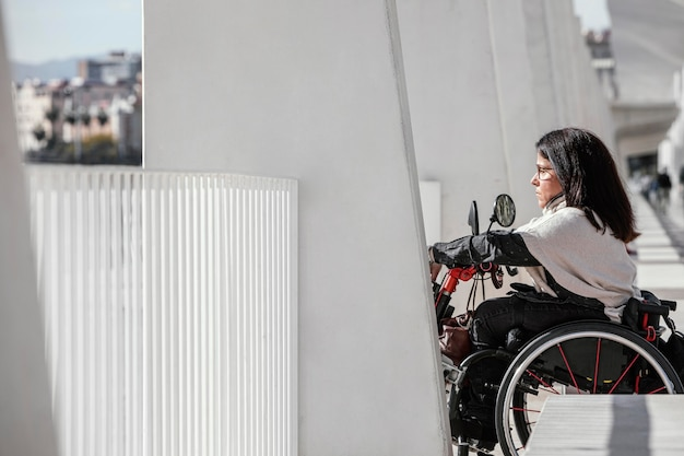 Vue côté, de, femme, dans, a, fauteuil roulant, dans, ville