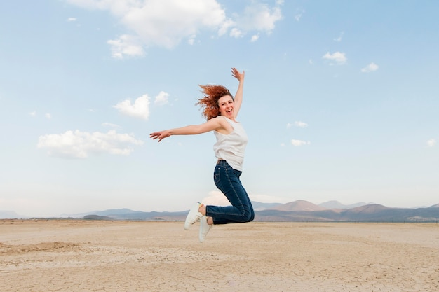 Vue côté, femme, dans, nature, sauter