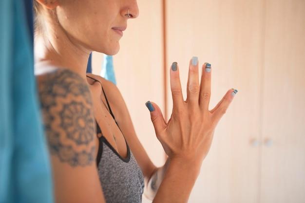 Vue côté, de, femme, faire, yoga, chez soi