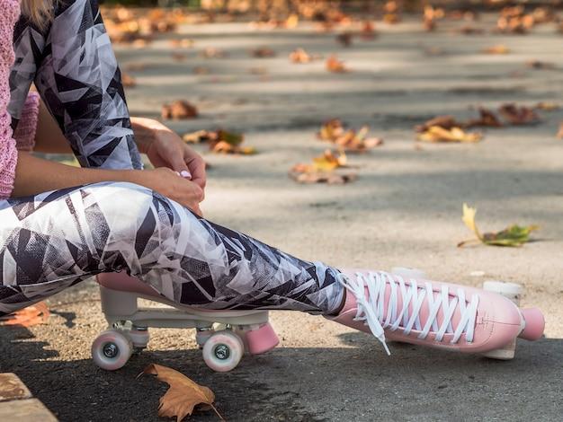 Vue côté, de, femme, leggings, et, patins a roulettes