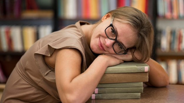 Vue côté, femme, à, livres
