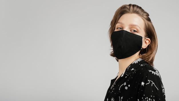 Vue côté, femme, à, masque