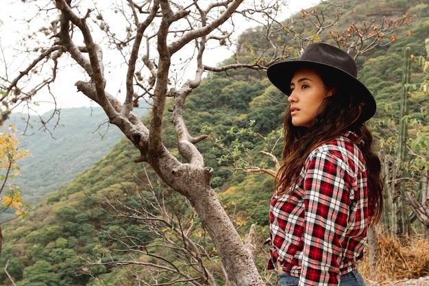 Vue côté, femme, nature, explorer