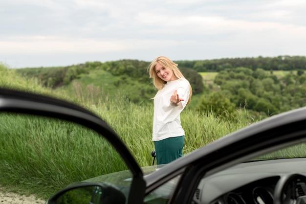 Vue côté, de, femme, poser, devant, voiture