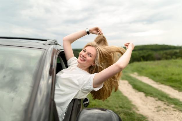 Vue côté, de, femme souriante, apprécier, a, promenade voiture