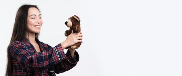 Vue côté, femme, tenue, ours peluche