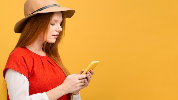 Vue côté, femme, tenue, téléphone