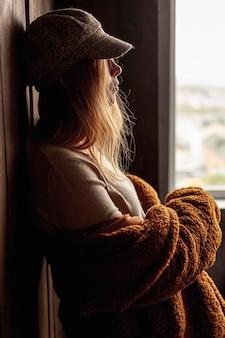 Vue côté, fille, à, chapeau, et, manteau, poser