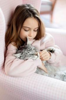Vue de côté fille et chat