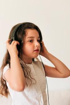 Vue de côté fille écoutant de la musique