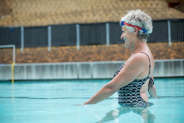 Vue côté, de, gai, femme aînée, natation, dans, piscine