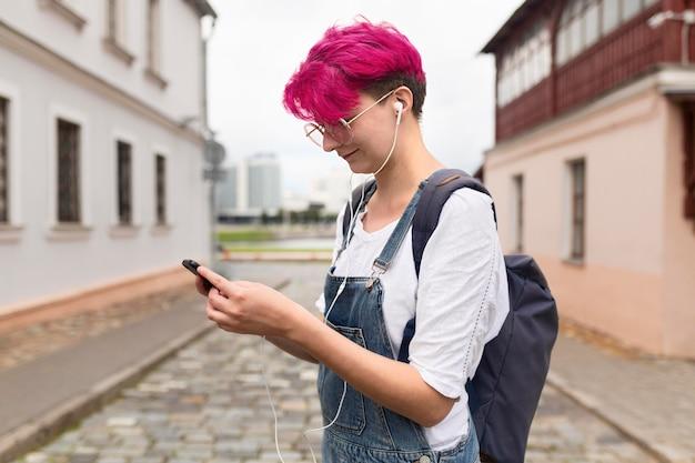 Vue côté, girl, tenue, smartphone