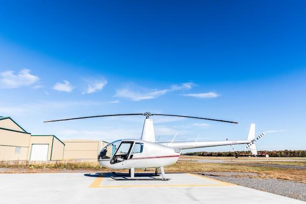 Vue de côté de l'hélicoptère à l'héliport