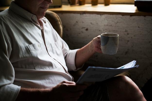 Vue côté, de, homme aîné, papier lecture
