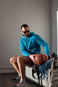 Vue côté, de, homme, dans, capuche, tenue, basket-ball