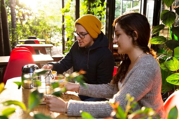 Vue côté, de, homme femme, à, café-restaurant