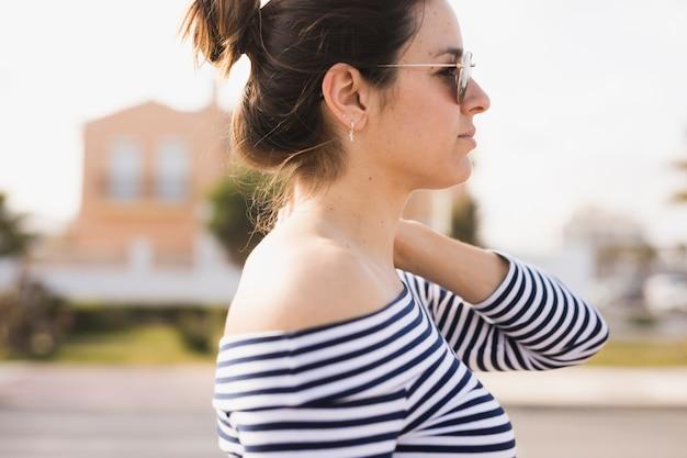 Vue côté, de, a, jeune femme, lunettes soleil, regarder loin