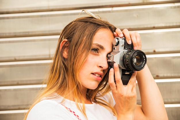 Vue côté, de, jeune femme, photographier, à, appareil photo numérique