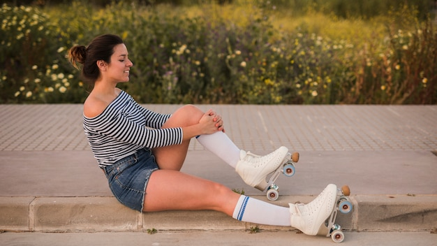 Vue côté, de, a, jeune femme, porter, roller, skate