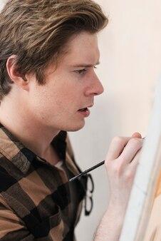 Vue côté, jeune homme, artiste, peinture