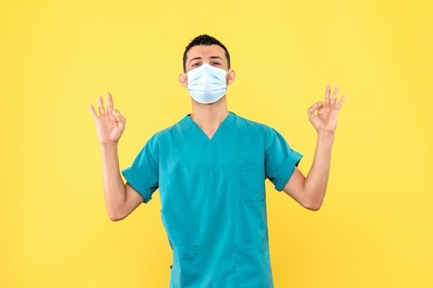 Vue de côté un médecin en masque un médecin est sûr que tous les patients atteints de covid- se rétabliront