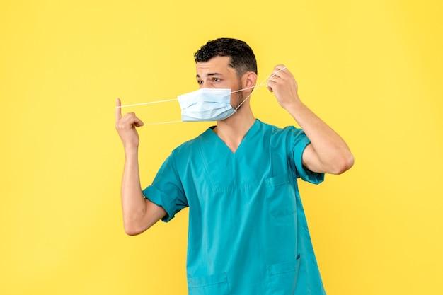 Vue de côté un médecin en masque un médecin parle de problèmes cardiaques après covid-