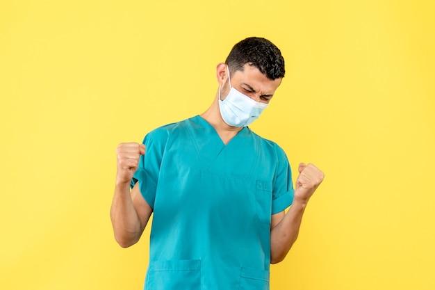 Vue de côté un médecin un médecin dans le masque est heureux à cause de la nouvelle quarantaine