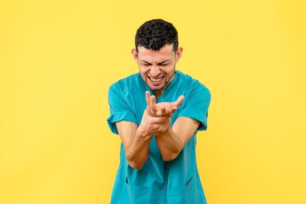 Vue de côté un médecin un médecin parle de ce qu'il faut faire si votre main vous fait mal