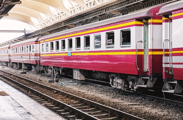 Vue de côté en perspective de bogies de train en attente de départ à la gare centrale principale
